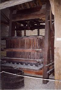 Antico-torchio-museo-del-vino-della-Borgogna-Beaune-(FR)